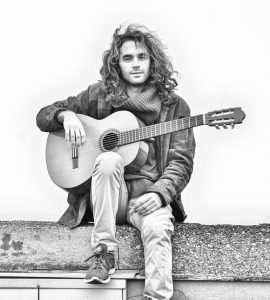 Gitarren-Virtuose aus Napoli im Café Hier & Jetzt @ Café Hier & Jetzt